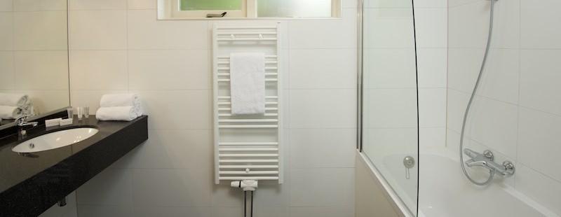 badkamer nieuw met bad.jpg