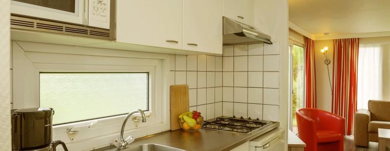 keuken chalet landgoed ruwinkel naar woonkamer kijken